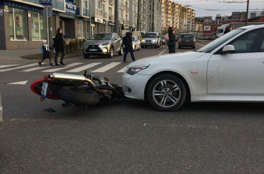Šiaurės miestelyje susidūrė motociklas ir BMW automobilis