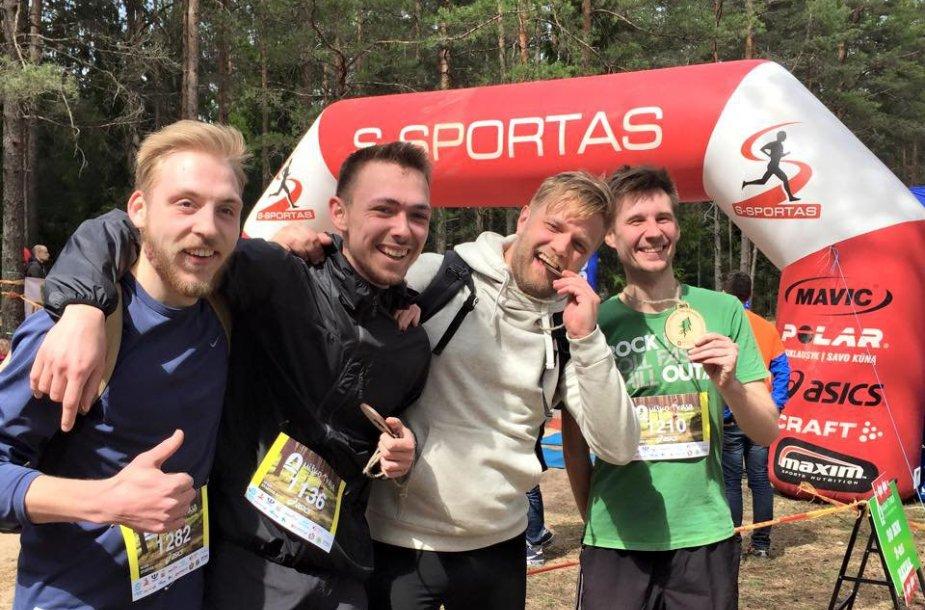 Nuotrauka iš neseniai vykusių bėgimo varžybų, kuriose dalyvavo kartu su kolegomis ir įveikė 10 km ditanciją. Mikkas kairėje.