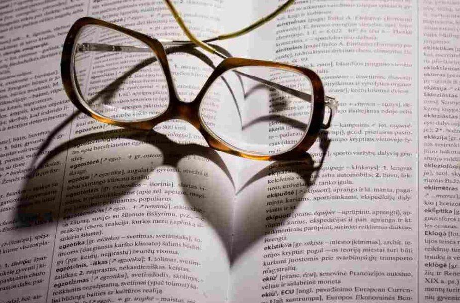 Akiniai padėti ant knygos