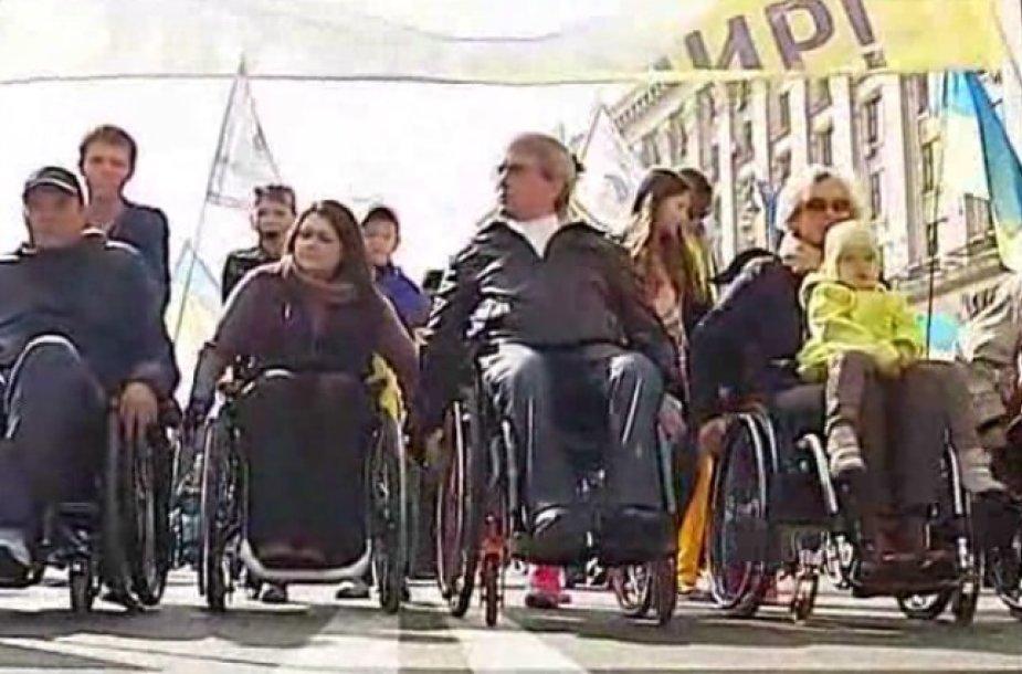 """Neįgalieji surengė """"taikos maršą"""" Kijeve."""