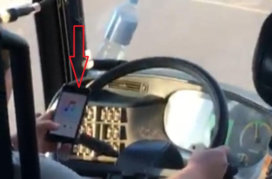 Pavojingas autobuso vairuotojo elgesys