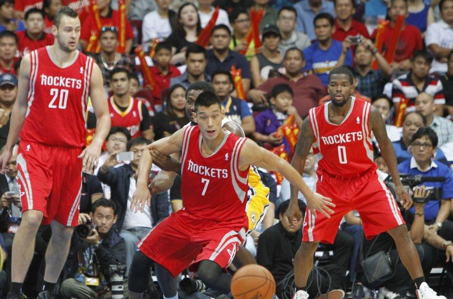 """""""Rockets"""" krepšininkai (iš kairės) – Donatas Motiejūnas, Jeremy Linas ir Aaronas Brooksas"""