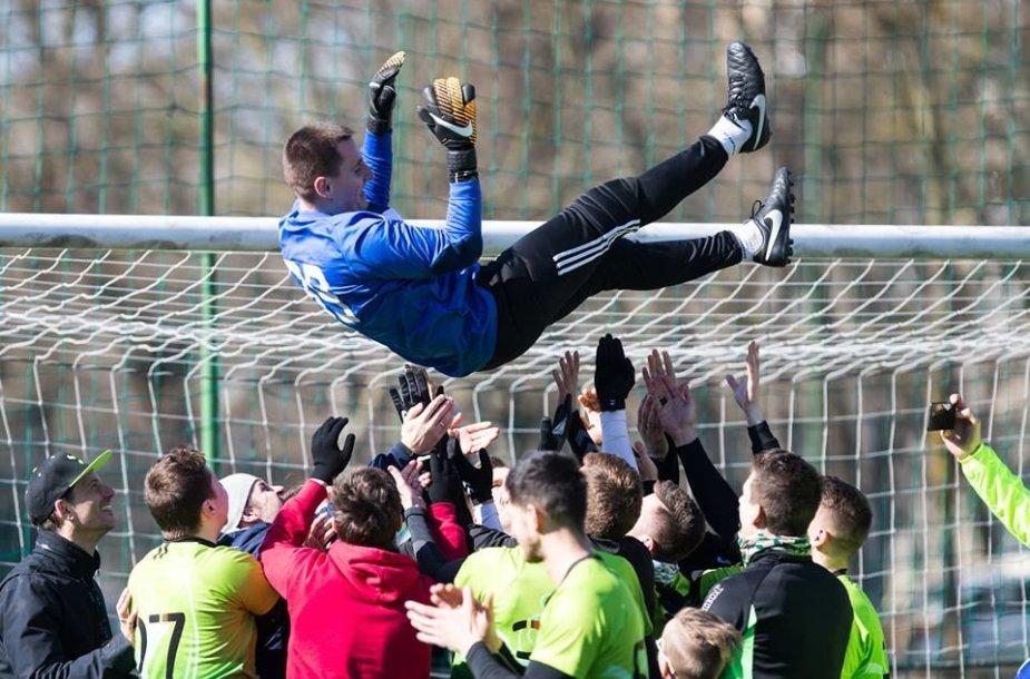 Startavo Vilniaus futbolo sezonas.