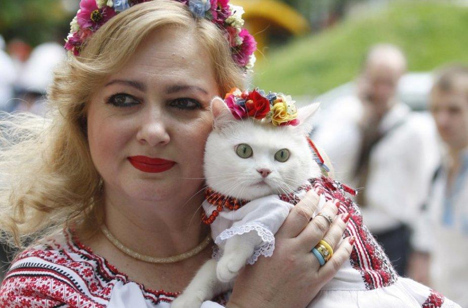 Ukrainiečiai tradiciniais rūbais demonstravo vienybę Kijevo gatvėse