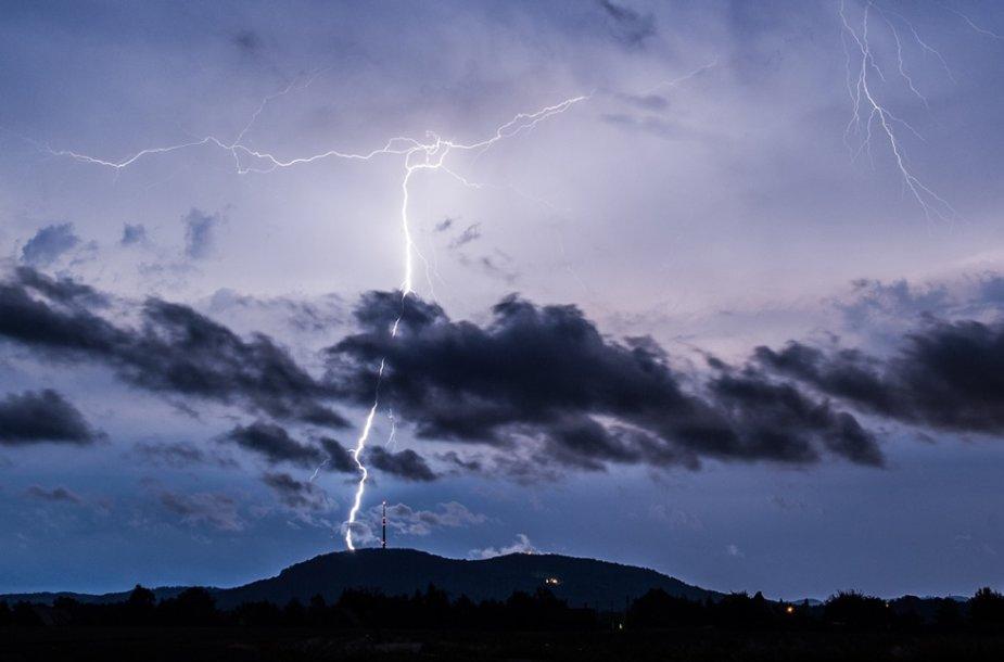 Antradienį dangų raižė žaibai ir perkūnija.