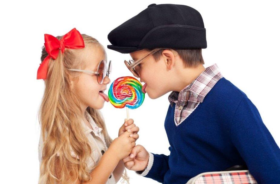 Vaikai dalinasi saldainį