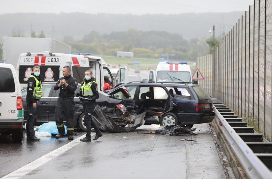 Kauno Vakariniame aplinkkelyje susidūrė 6 automobiliai, mirė žmogus