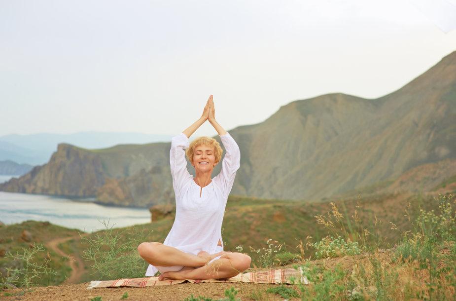 Moteris medituoja.