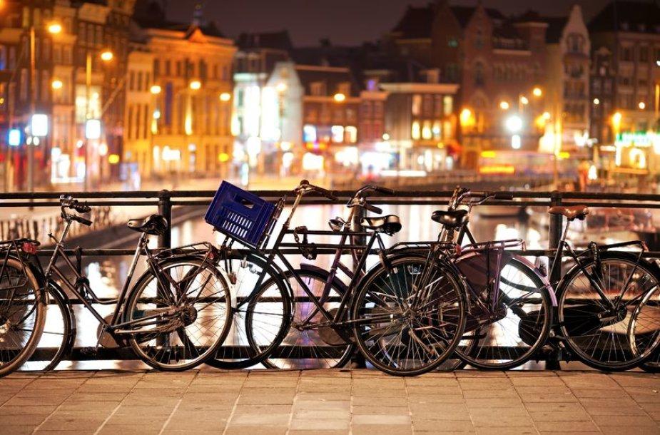 Vintažiniai dviračiai prirakinti Amsterdamo centre