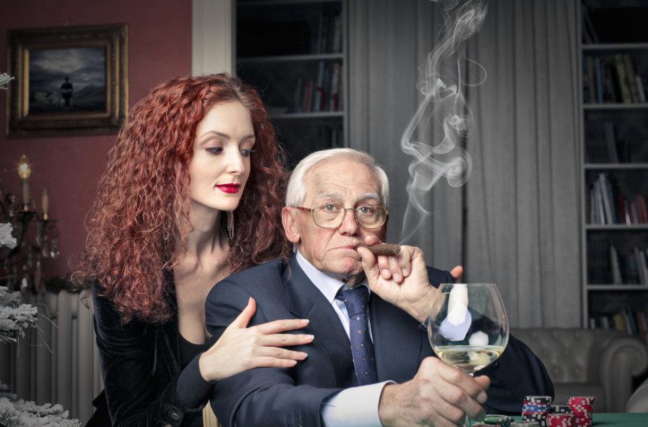 Vyresnis vyras su jaunesne moterimi.
