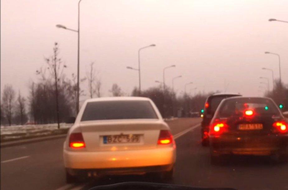"""Audi A4"" kerta ištisinę liniją"