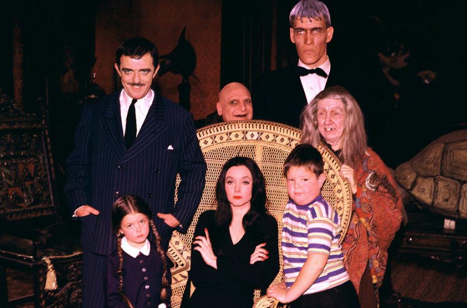"""Serialo """"Adamsų šeimynėlė"""" aktoriai Lisa Loring, Carolyn Jones, Kenas Weatherwaxas, Johnas Astinas, Jackie Coogan, Tedas Cassidy ir Blossom Rock"""