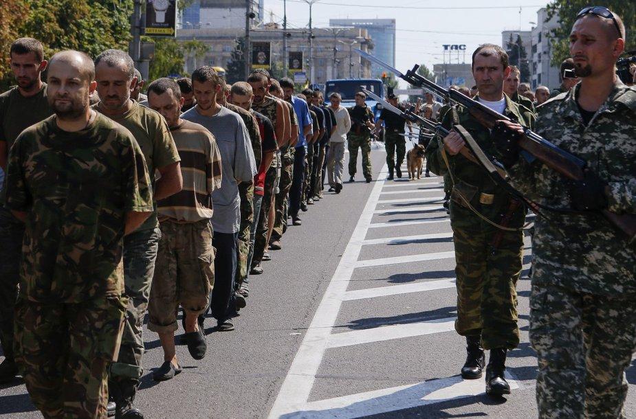 """Donecke separatistai Ukrainos nepriklausomybės dieną surengė ukrainiečių belaisvių """"paradą"""""""