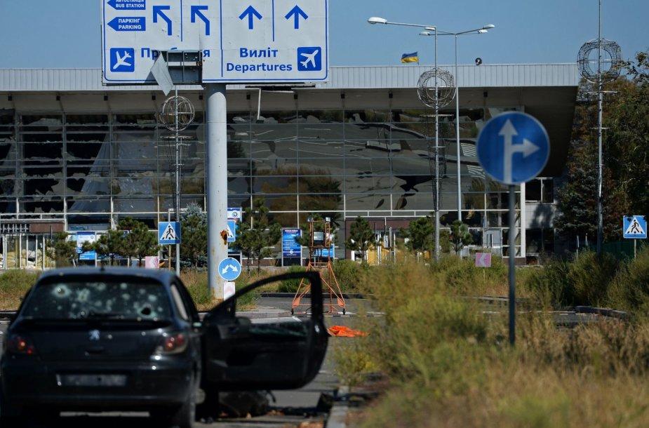 Kulkų suvarpytas automobilis prie Donecko oro uosto