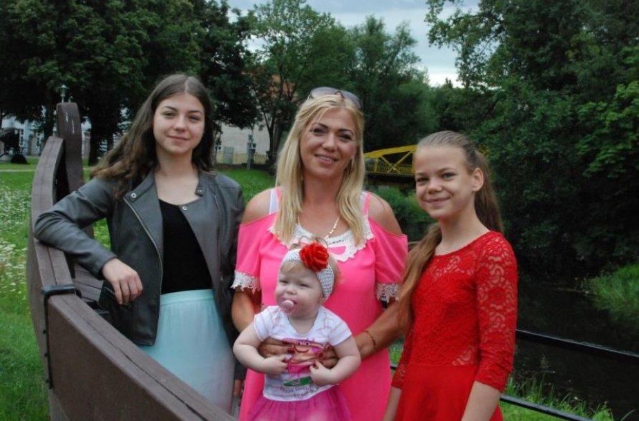 Rima Butkutė su dukromis