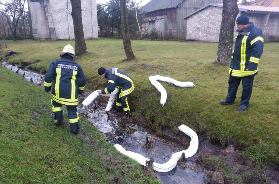 Ugniagesiai sulaikė teršalų srautą Lendros upelyje.
