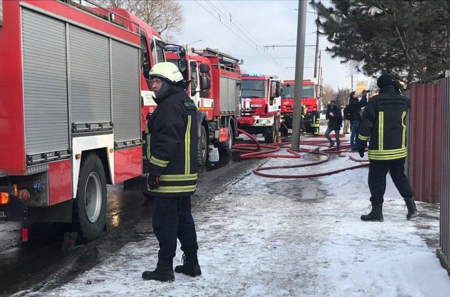 Kauno Raudondvario plente užsidegė medinis namas