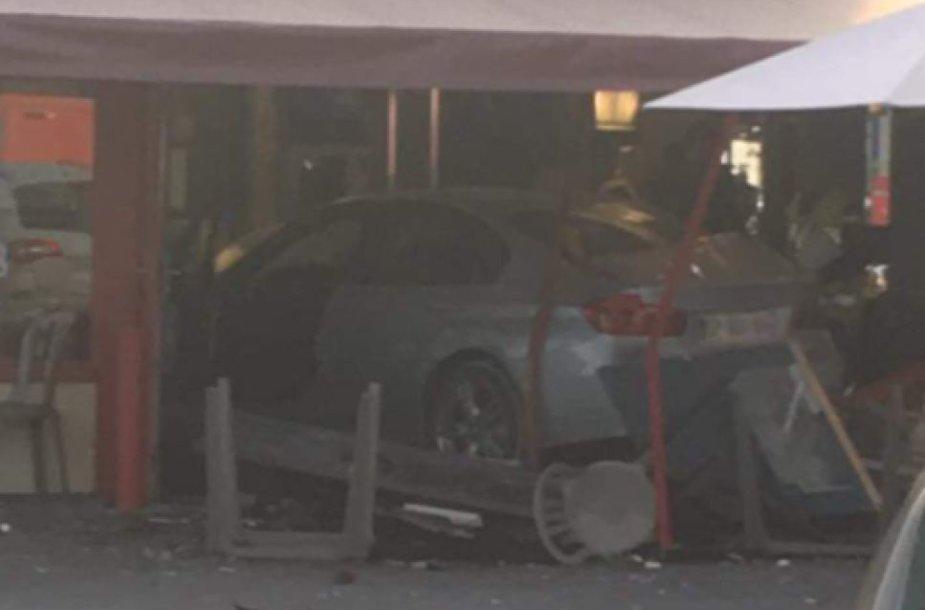 Automobilis įvažiavo į piceriją