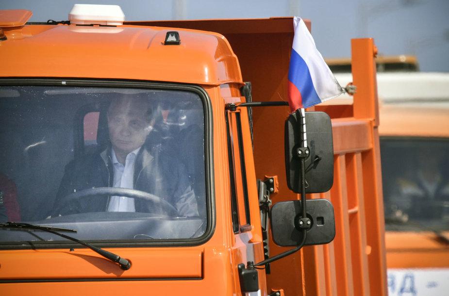 Putinas sunkvežimiu pervažiavo naujuoju tiltu į aneksuotą Krymą