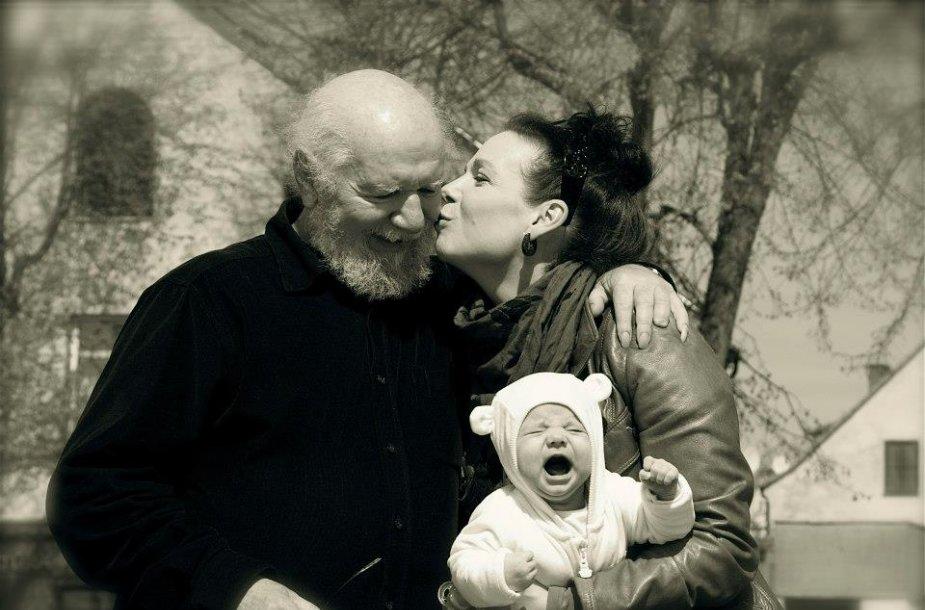 """""""Iš meilės tėčiui"""" parodoje eksponuojama ir aktoriaus Vytauto Paukštės bei jo dukters Ados ir vaikaičio fotografija."""