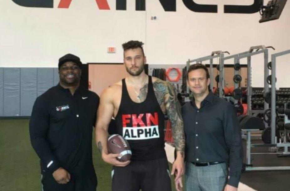 Tautvydas Kieras (vid.) su agentu Marku Hennessu (deš) ir profesionaliu NFL treneriu Travelle'u Gainesu