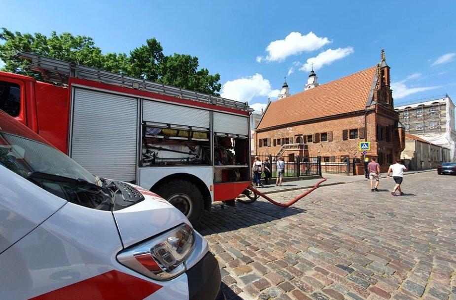 Kilo gaisras Kauno Rotušės aikštėje veikiančios bažnyčios pastogėje