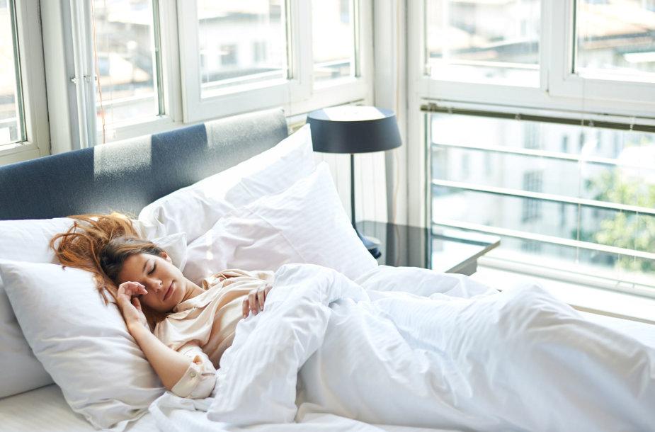 Moteris lovoje.