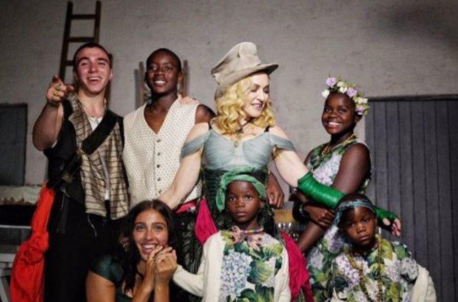 Madonna su visais 6 savo vaikais