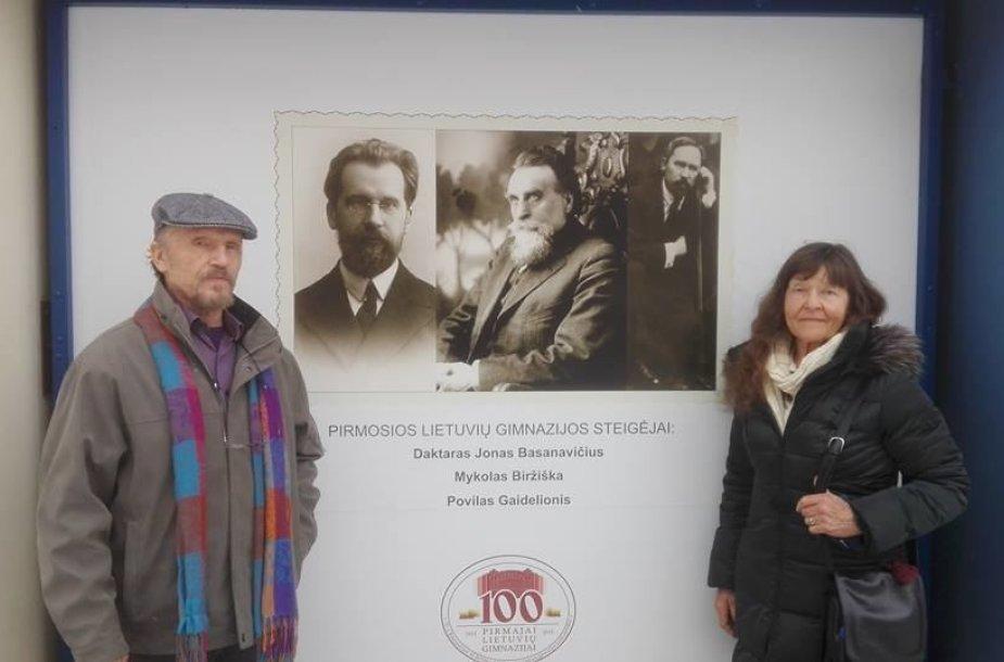 Signataro Mykolo Biržiškos anūkai Venta ir Vytautas senelio įsteigtoje gimnazijoje