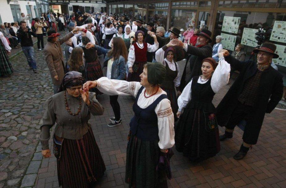 """Penktadienį klaipėdiečiai kviečiami pajudėti Meno kiemo renginyje """"Visa Lietuva šoka""""."""