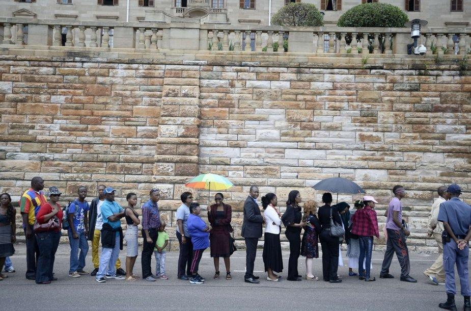 Su Nelsonu Mandela norinčių atsisveikinti žmonių eilė
