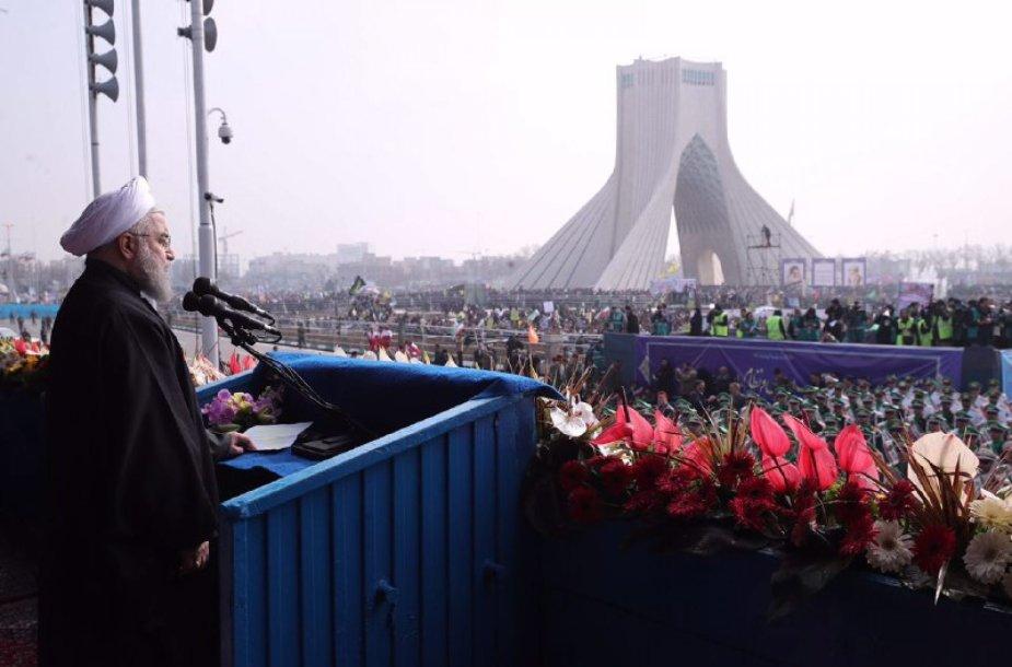 """Iraniečiai revoliucijos metinėms skirtose eitynėse smerkė Trumpo """"grasinimų retoriką"""""""