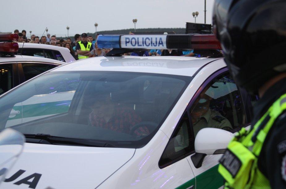 Dvi skirtingos stichijos – džiazo kalba ir keturių policijos automobilių gausmas