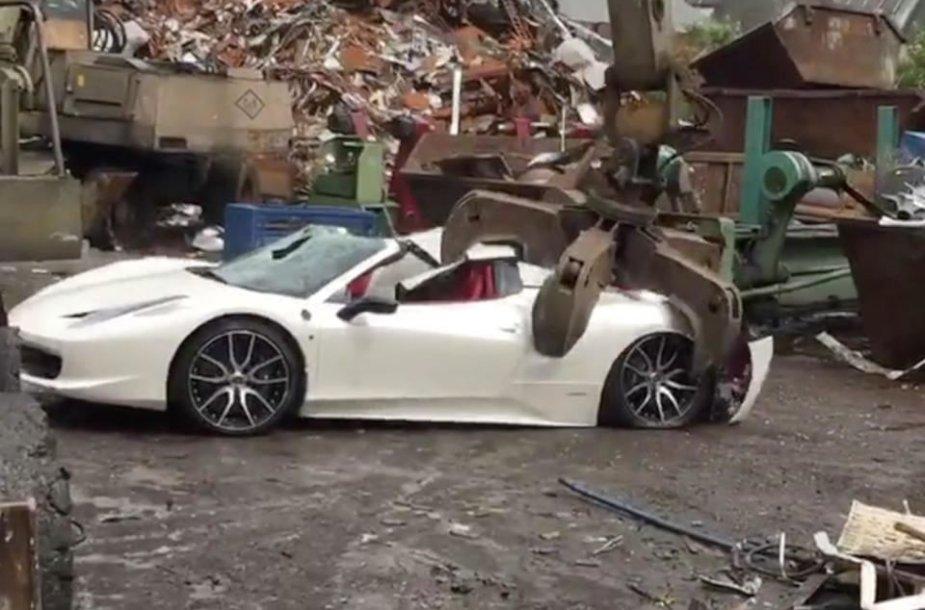 """Sunaikintas """"Ferrari"""""""