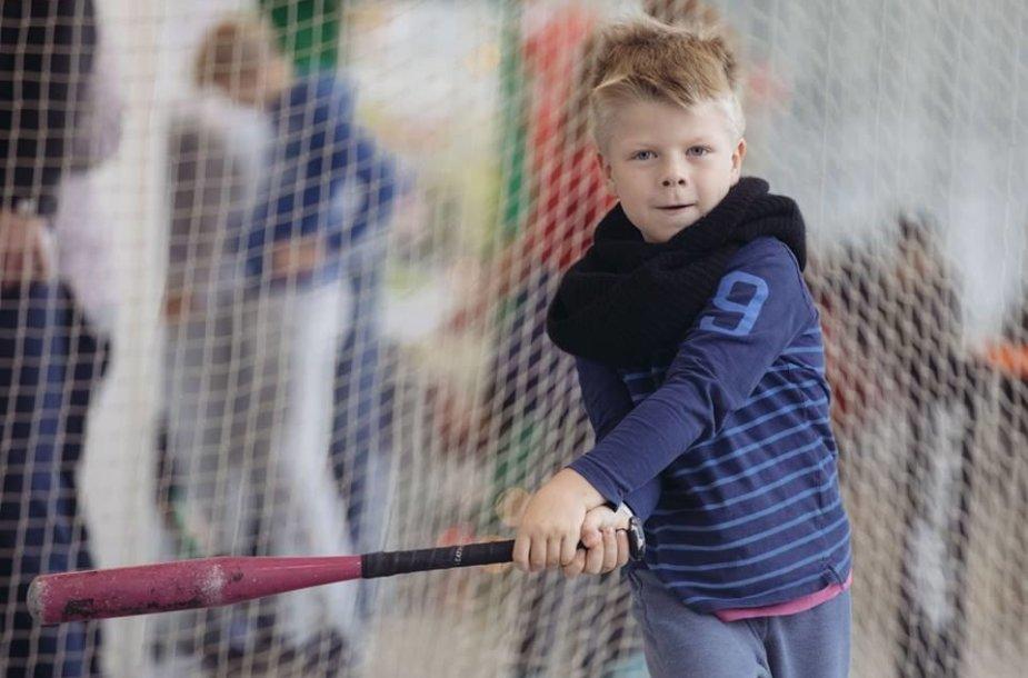 Vaikas žaidžia beisbolą