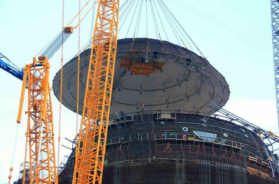 """Pirmasis Astravo AE reaktorius pasipuošė apsaugine """"kepure"""""""