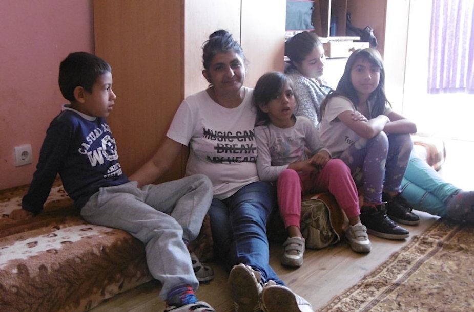 Mila Jovanovič su vaikais Ervinu, Elmedina ir Sibela , toliausiai sėdi jaunoji marti