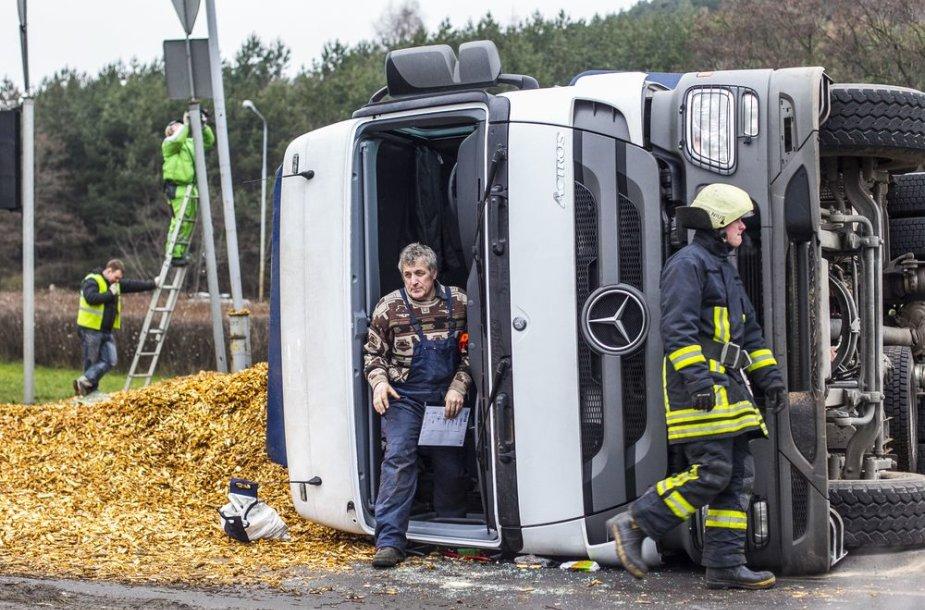 Vilniuje apvirto sunkvežimis su medžio drožlėmis