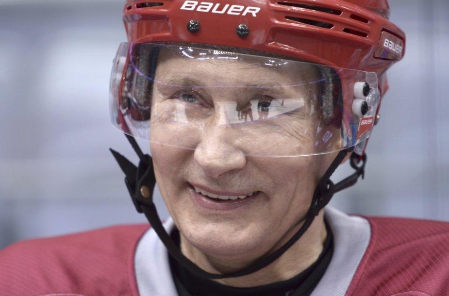 Vladimiras Putinas žaidžia ledo ritulį