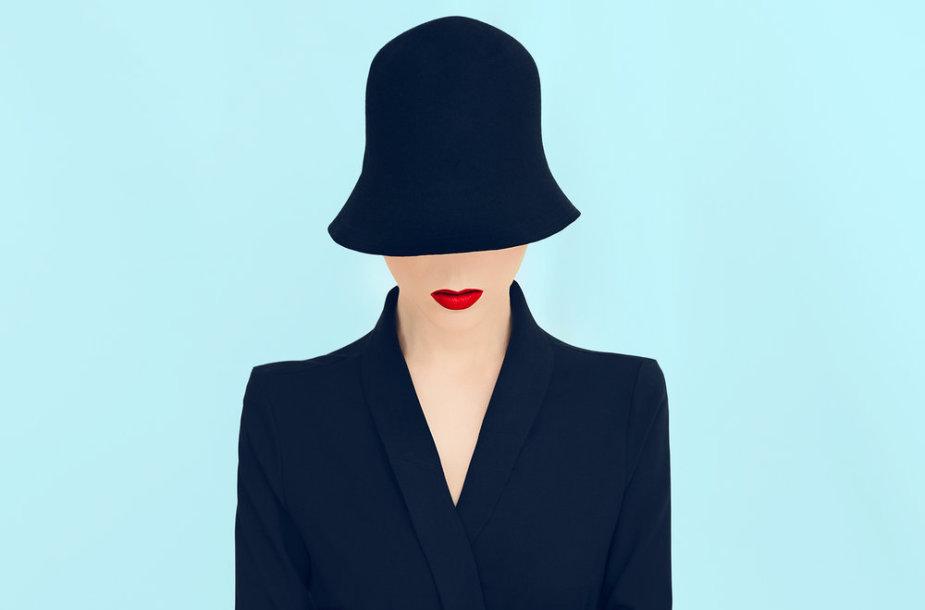 Moters su skrybėle iliustracija.