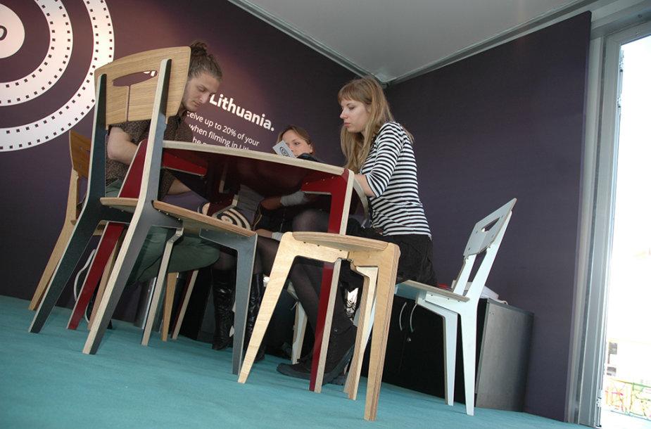 Kanų kino mugės svečiai apie lietuvišką kiną sužinojo sėdėdami ant lietuviškų baldų