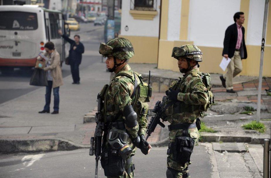 Bogotos gatvėse patruliuoja kariai.