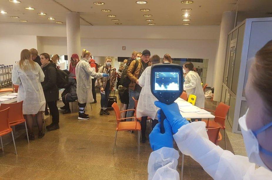 Vilniaus oro uoste tikrinami iš Šiaurės Italijos atvykę keleiviai