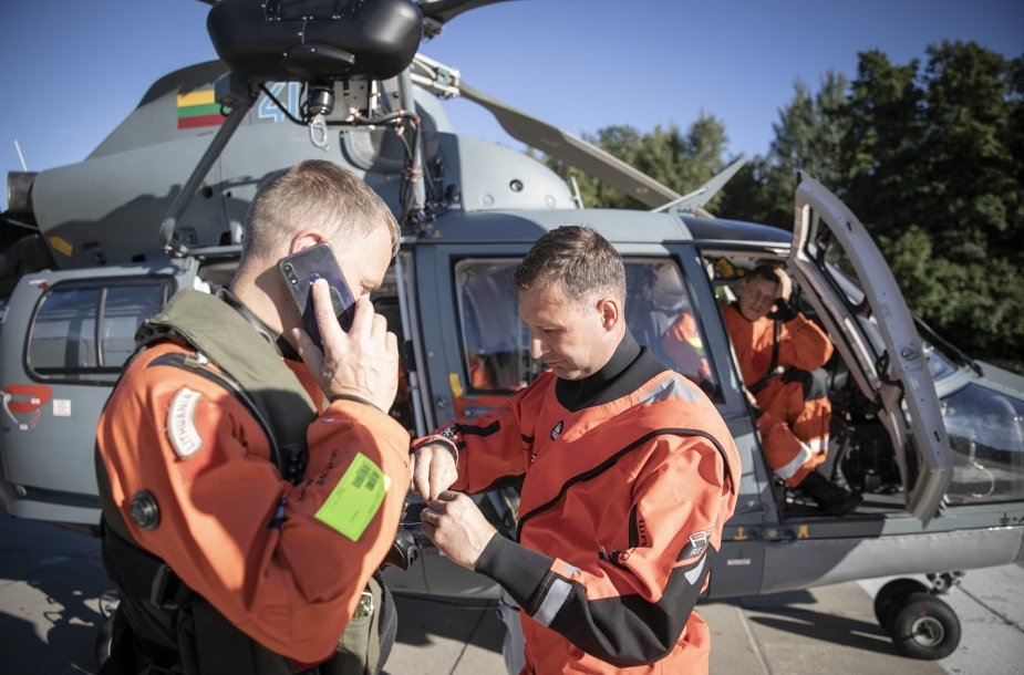 "Sraigtasparnio AS-365 ""Dauphin"" įgula"