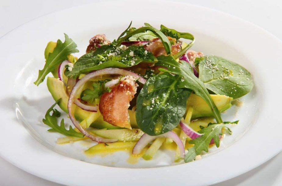 Pavasariškos salotos su karštai rūkyta vištiena, citrusinių vaisių ir grūdėtų garstyčių padažu bei kietojo sūrio ir petražolių dribsniais