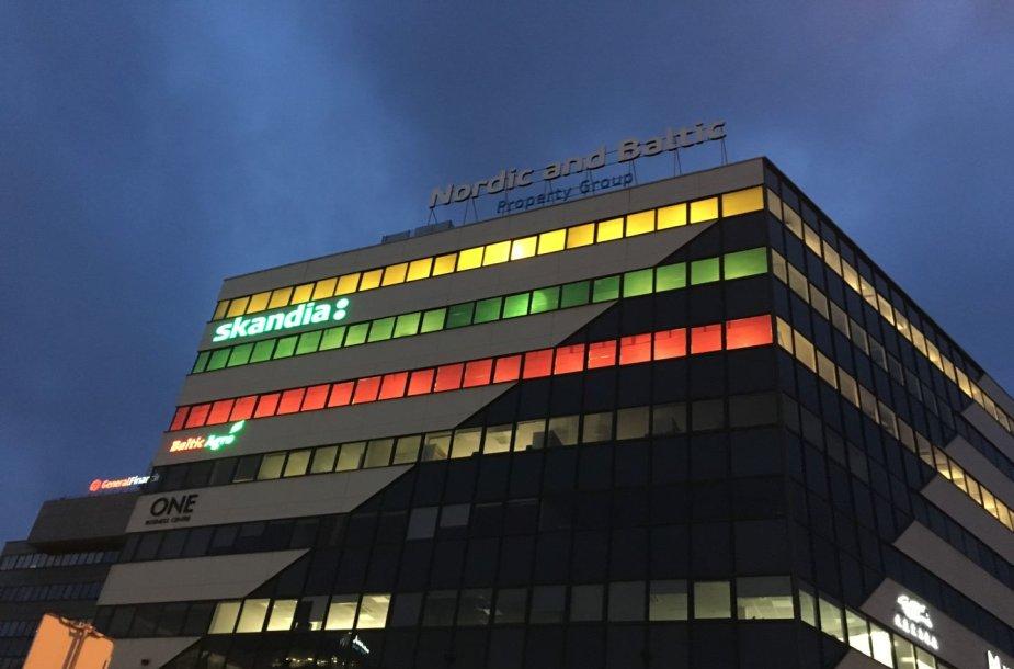 Kovo 11-osios proga verslo centras Vilniuje pasipuošė gigantiška trispalve.