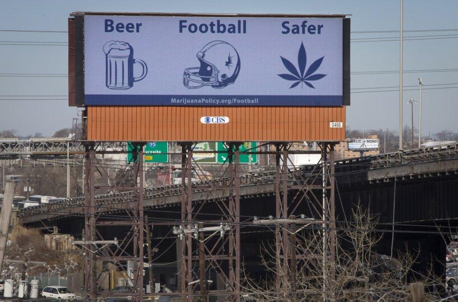Reklaminis stendas JAV, teigiantis, kad marihuana sveikatai kelia mažesnį pavojų nei alkoholis ar amerikietiškas futbolas. reuters