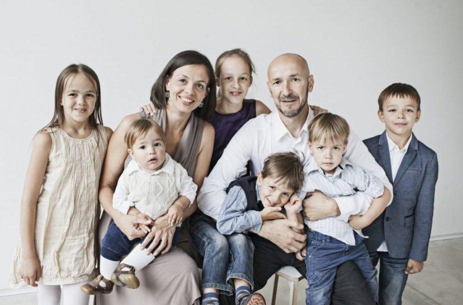 Salinių šeima. Nuotraukoje trūksta jauniausios narės Marijos