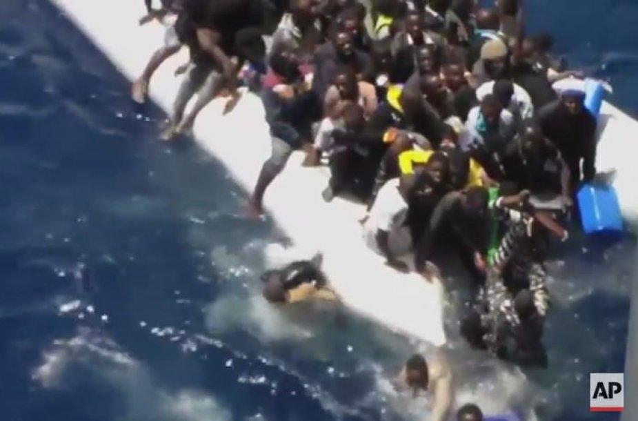 Migrantai Viduržemio jūroje bando išsigelbėti iš skęstančio laivo