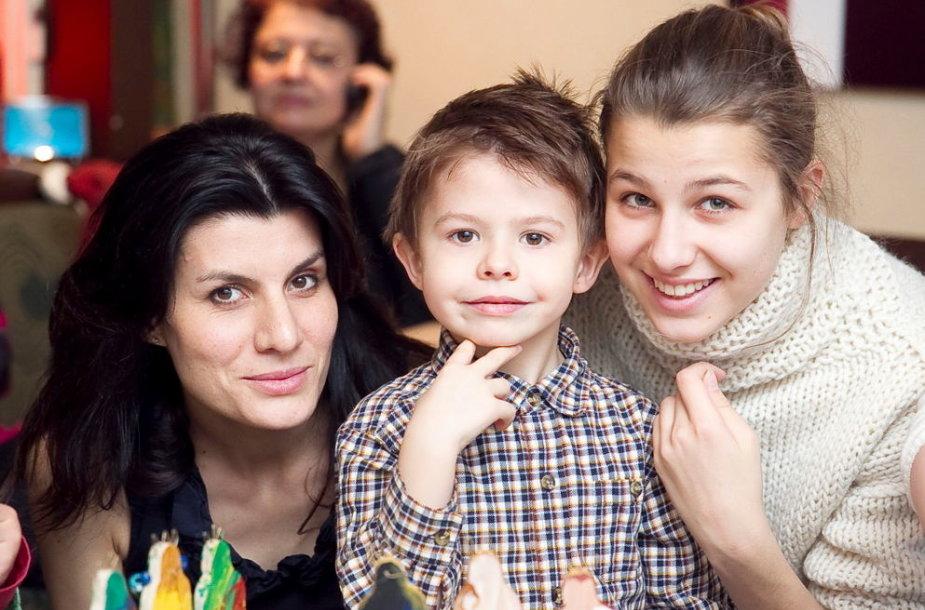 Renata Mikailionytė su dukra Marija ir sūnumi Justu